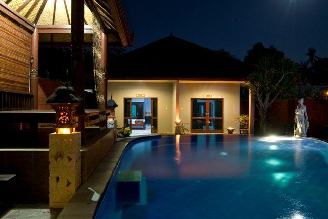 Meriki Hotel Bali di notte